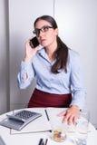 Молодой женский профессионал имеет телефонный звонок стоковое фото