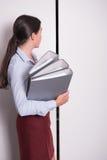 Молодой женский профессионал кладет связыватели в шкаф стоковые изображения