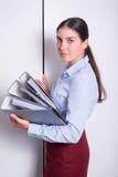 Молодой женский профессионал кладет связыватели в шкаф стоковое фото