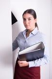 Молодой женский профессионал кладет связыватели в шкаф стоковые изображения rf