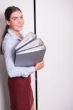 Молодой женский профессионал кладет связыватели в шкаф стоковые фотографии rf