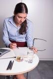 Молодой женский профессионал работает с ее стеклами в ее Хане стоковые фотографии rf