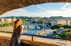 Молодой женский турист восхищая взгляд Рима Стоковые Фотографии RF