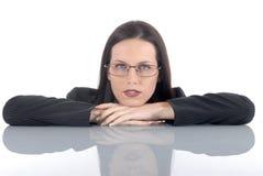 Молодой женский юрист-профессионал юриста ослабляя на столе офиса, сложенных оружиях Стоковая Фотография RF
