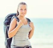 Молодой женский backpacker на пляже Стоковая Фотография RF