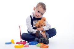 Молодой джентльмен представляет на белой предпосылке Стоковые Изображения RF