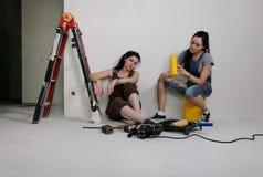 2 молодой женщины восстанавливая дом Стоковое Фото