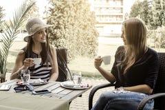 2 молодой женщины выпивая кофе Стоковая Фотография