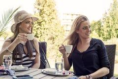 2 молодой женщины выпивая кофе Стоковое Изображение RF