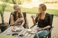 2 молодой женщины выпивая кофе Стоковые Изображения RF