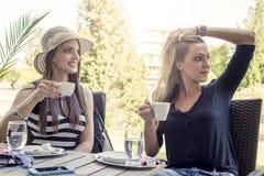 2 молодой женщины выпивая кофе Стоковые Фотографии RF