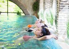 3 молодой женщины в бассейне Стоковые Изображения RF