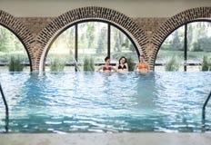 3 молодой женщины в бассейне Стоковое Изображение