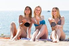 3 молодой женщины в бикини на песчаном пляже Стоковое Изображение RF