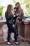 2 молодой женщины в городе Стоковое Изображение RF