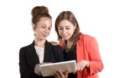2 молодой женщины в деятельности офиса стоковые фотографии rf