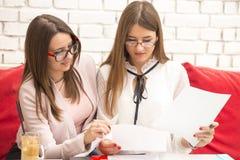 2 молодой женщины в деловой встрече делают планы на будущее Стоковые Фото
