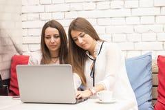 2 молодой женщины в деловой встрече, делая планируют для futu Стоковые Изображения