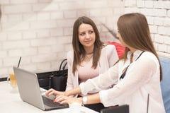2 молодой женщины в деловой встрече Стоковые Изображения