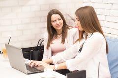 2 молодой женщины в деловой встрече Стоковые Изображения RF