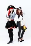2 молодой женщины в костюмах пирата на белой предпосылке Стоковое Фото