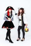 2 молодой женщины в костюмах пирата на белой предпосылке Стоковое Изображение