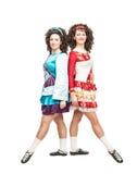 2 молодой женщины в платьях танца Ирландского Стоковая Фотография
