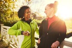 2 молодой женщины в sportswear усмехаясь на одине другого Стоковые Изображения RF
