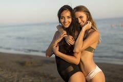 2 молодой женщины в swimwear стоковые фото