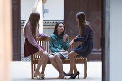 3 молодой женщины говоря на стенде Стоковые Фото