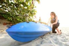 2 молодой женщины готовой для того чтобы сплавляться на пляже Стоковые Фотографии RF