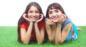 2 молодой женщины лежа на зеленой траве Стоковые Фото