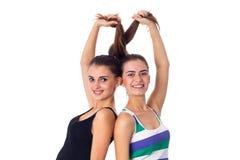 2 молодой женщины держа их волосы Стоковое Фото