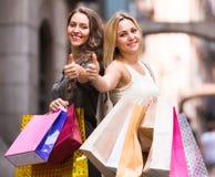 2 молодой женщины держа хозяйственные сумки Стоковые Фото