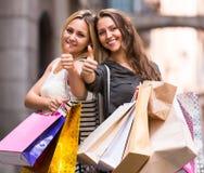 2 молодой женщины держа хозяйственные сумки Стоковые Изображения RF