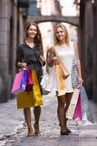 2 молодой женщины держа хозяйственные сумки Стоковое фото RF