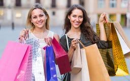 2 молодой женщины держа хозяйственные сумки Стоковое Фото