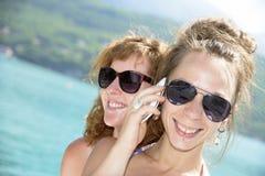 2 молодой женщины естественной на портовом районе Стоковые Изображения RF