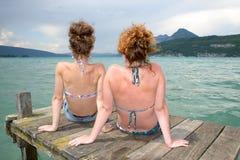 2 молодой женщины естественной на портовом районе Стоковые Изображения