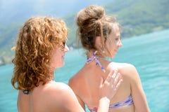 2 молодой женщины естественной на портовом районе Стоковое Фото