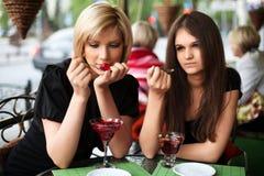 2 молодой женщины есть десерт Стоковое Фото