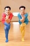 2 молодой женщины делают йогу Стоковое Фото