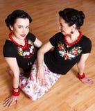 2 молодой женщины делают йогу Стоковые Изображения