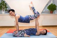 2 молодой женщины делают йогу Стоковые Изображения RF