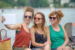 3 молодой женщины делают туризм Стоковое Изображение