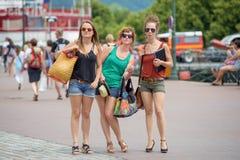 3 молодой женщины делают туризм Стоковая Фотография