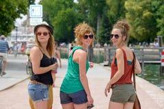 3 молодой женщины делают туризм Стоковые Фото
