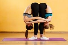 2 молодой женщины делая йогу Стоковое Изображение
