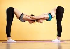 2 молодой женщины делая йогу Стоковая Фотография RF
