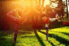 2 молодой женщины делая йогу outdoors Стоковые Изображения RF